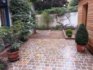 Terrasse en carrelage multicolor réalisé par Aux 1001 Saisons