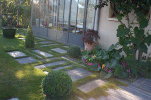 Pas en ardoise dans la pelouse d'un jardin pas Aux 1001 Saisons